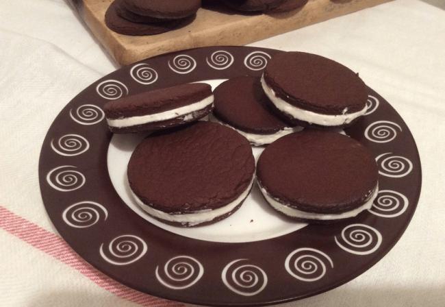 Домашнее печенье «Орео» на тарелке