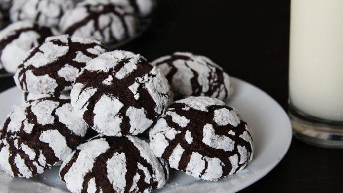 Готовое домашнее печенье с сахарной пудрой