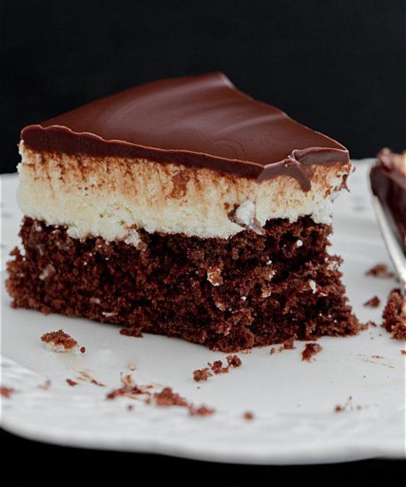 Торт «Баунти» на тарелке