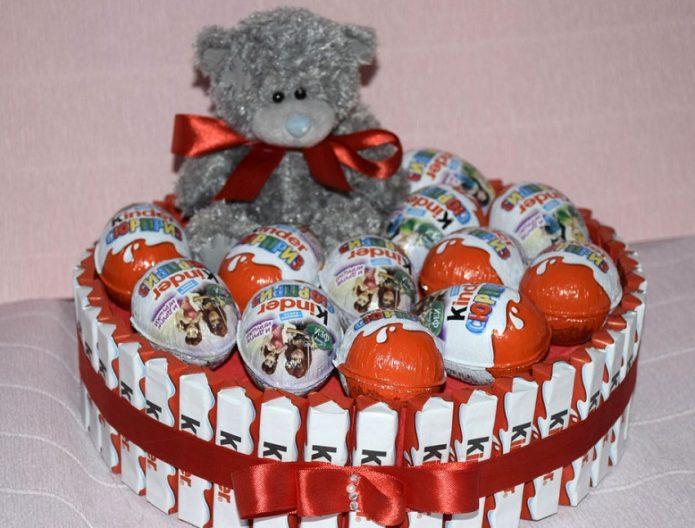 Торт с шоколадками и яйцами Киндер