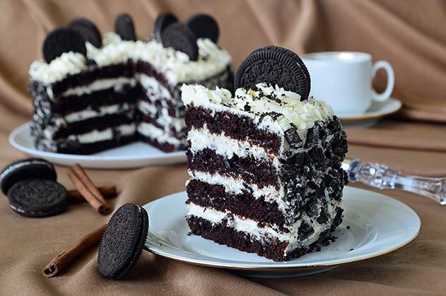 Кусочек торта на тарелке