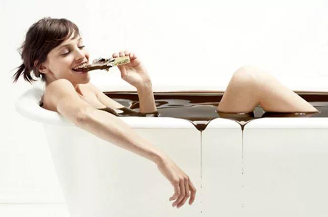 Девушка в ванне с шоколадом