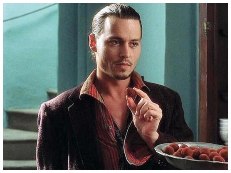 Мужчина ест шоколад