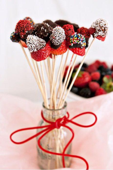 Клубника в шоколаде, украшенная разноцветным сахаром