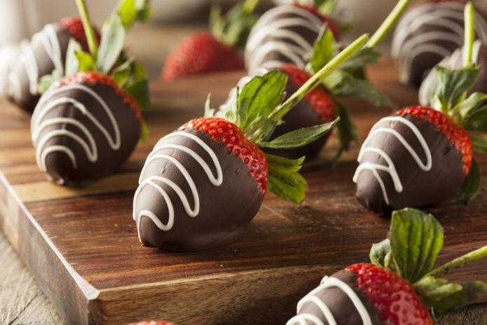 Нанесение рисунка глазурью на клубнику в шоколаде