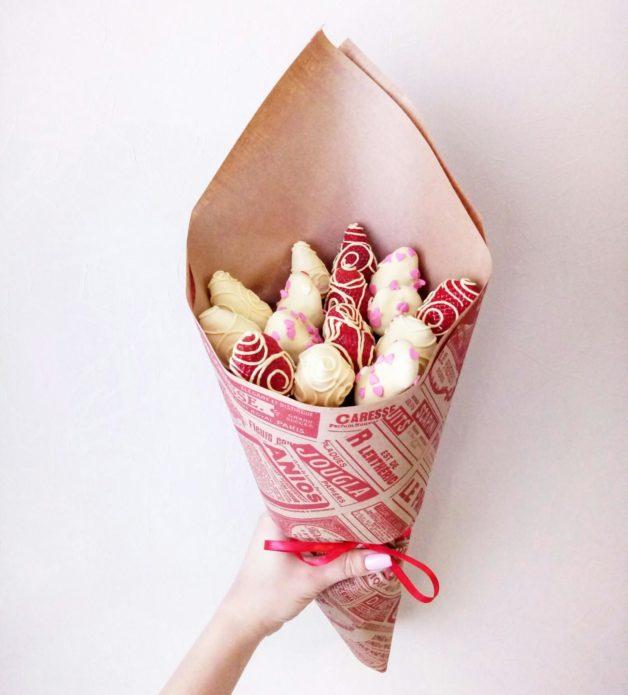 Современный дизайн букета из клубники