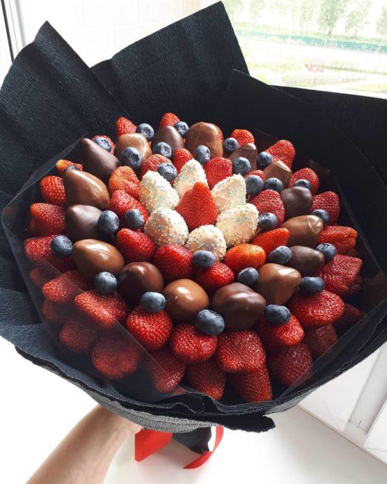 Букет из клубники в шоколаде и черники