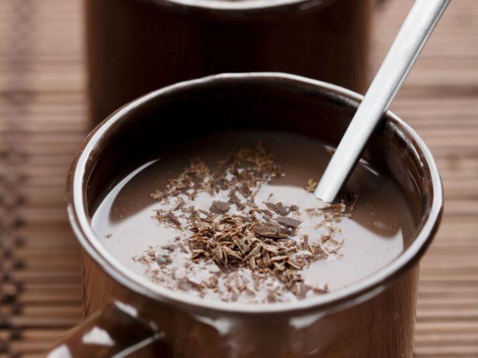 Кусочки шоколада растворяются в молоке