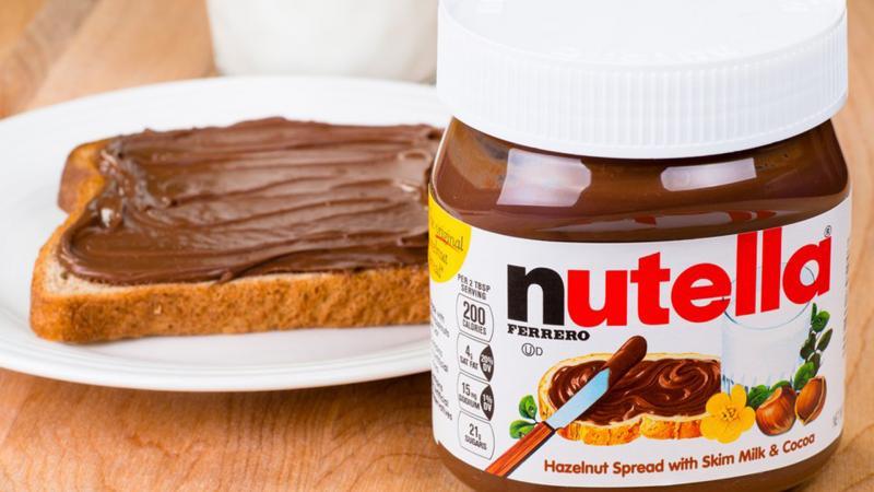 История о том, как катастрофа превратилась в прибыль: как и в какой стране придумали шоколадную пасту Nutella?