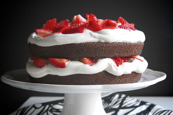 Шоколадный торт с кремом и клубникой
