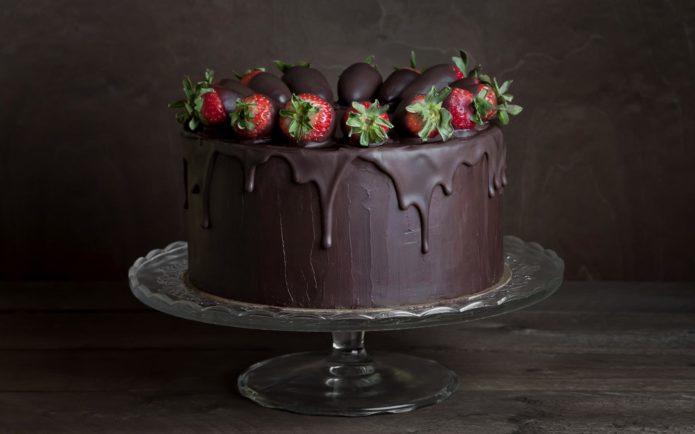 Шоколадный торт с клубникой, облитый ганашом