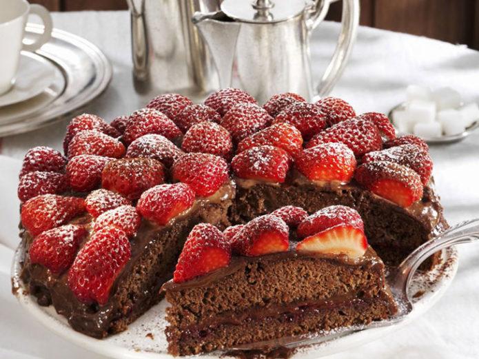 Шоколадный торт с украшением из клубники