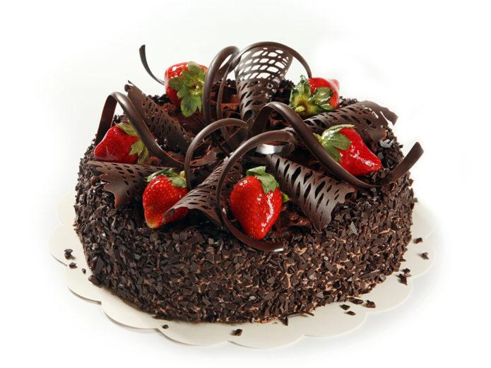 Шоколадный торт с шоколадной крошкой и клубникой