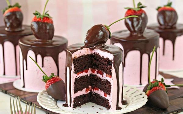 Шоколадный торт с клубникой и сливочно-ягодным кремом