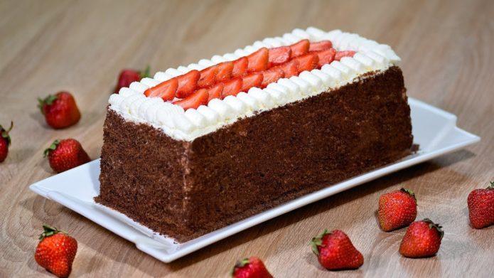 Песочный шоколадный торт с клубникой
