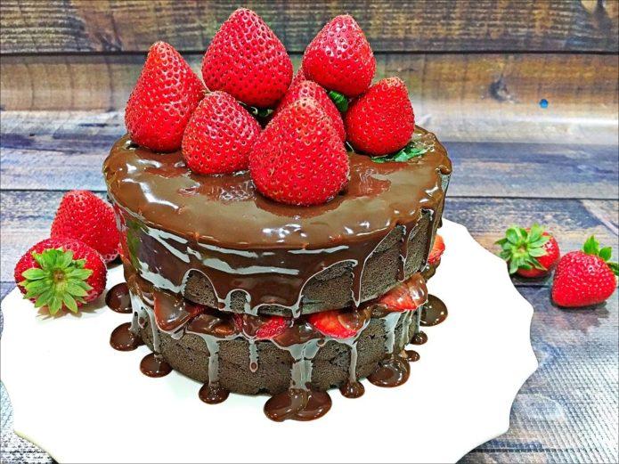 Шоколадный торт с шоколадной глазурью и клубникой