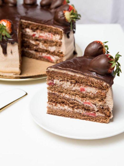 Песочный шоколадный торт с заварным кремом и клубникой