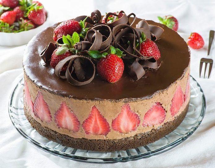 Шоколадный торт с клубникой и шоколадной стружкой