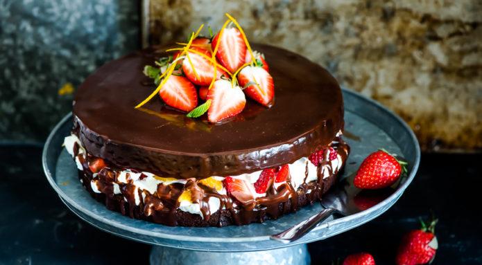 Шоколадный торт со взбитыми сливками и клубникой