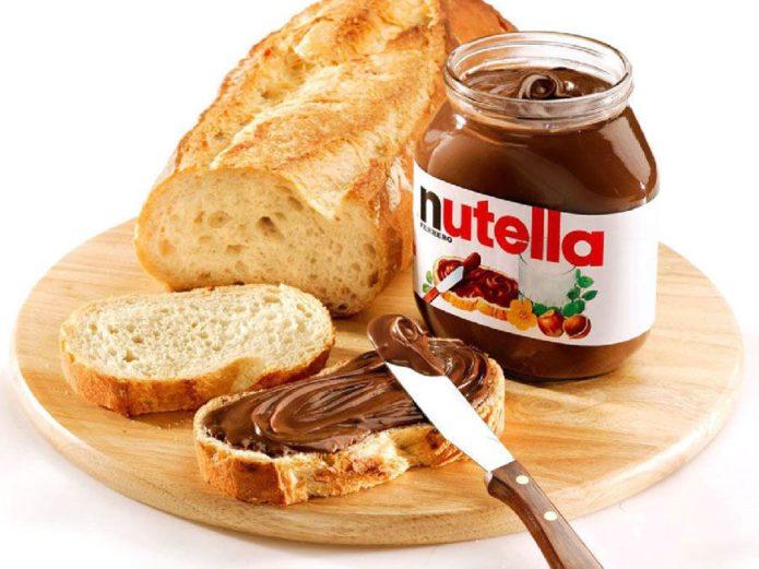 Паста Нутелла на хлебе