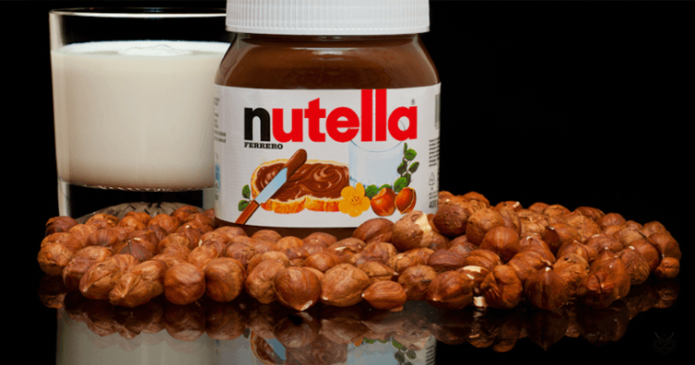 Паста Нутелла, стакан молока и орехи