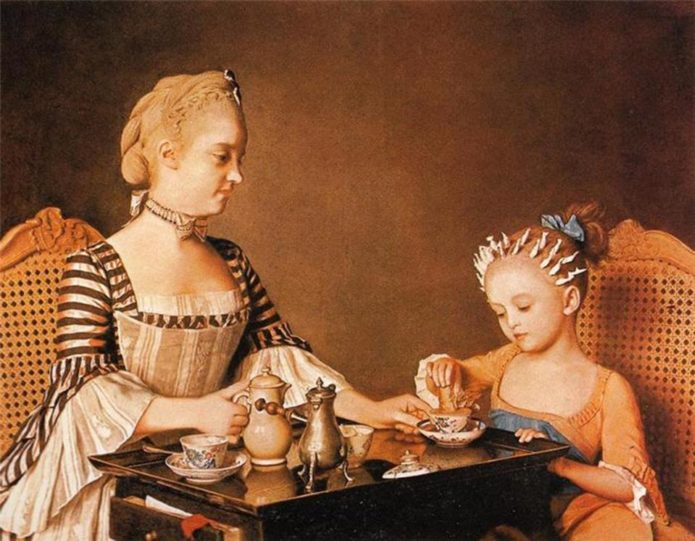 Дама и девочка пьют шоколад
