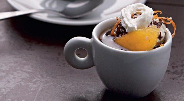 Горячий шоколад со взбитыми сливками и апельсином