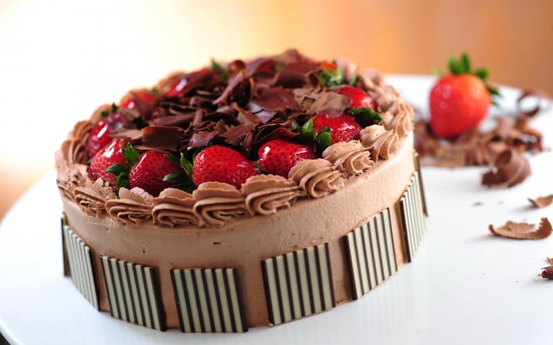 Проще некуда: шоколадный торт с клубникой своими руками