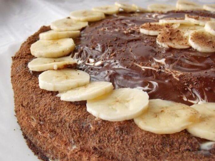 Торт, украшенный пластинками банана