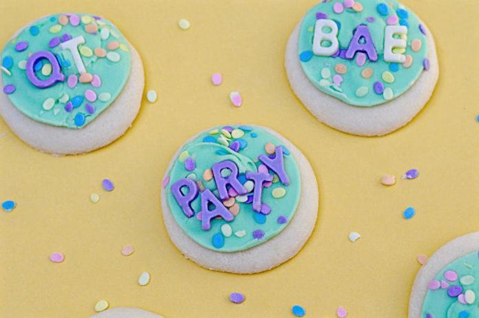 печенье с цветными буквами