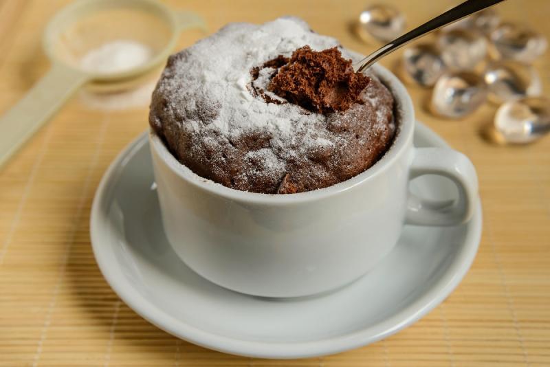 Как приготовить шоколадный кекс без молока в микроволновке?