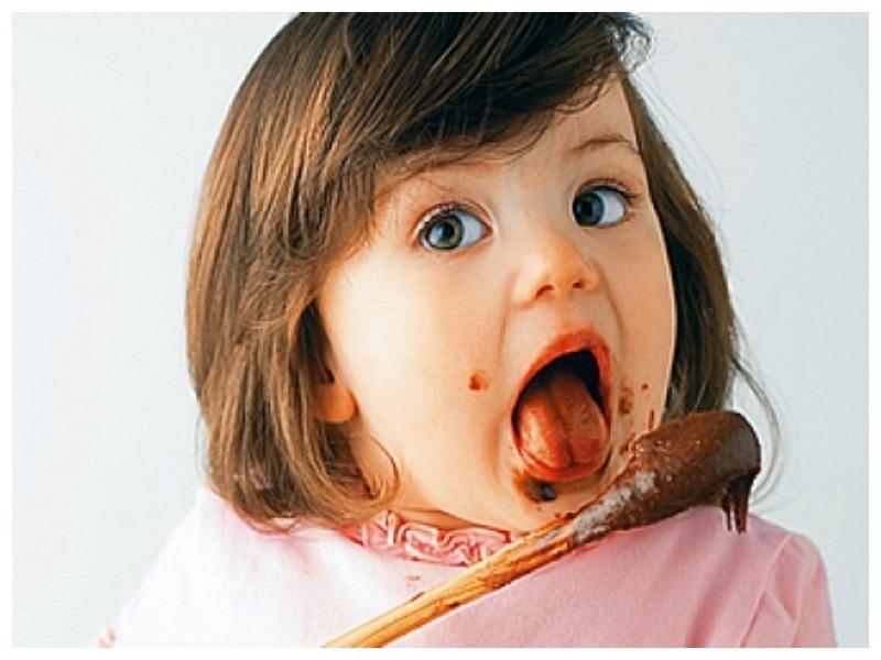 ест сладкое
