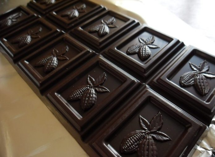 Плитка темного шоколада