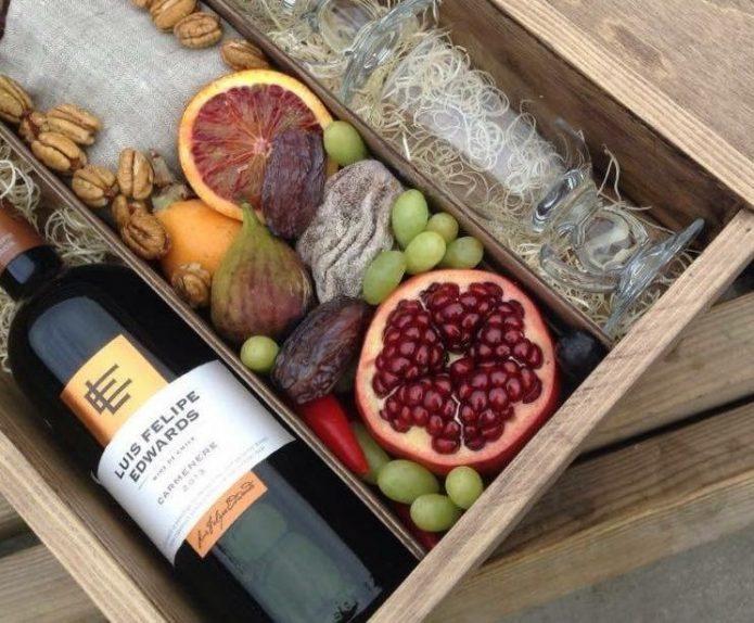 Вино, бокалы и сочные фрукты