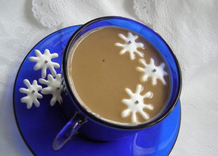 Чашка капучино со снежинками