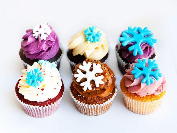 Разноцветные снежинки для украшения выпечки
