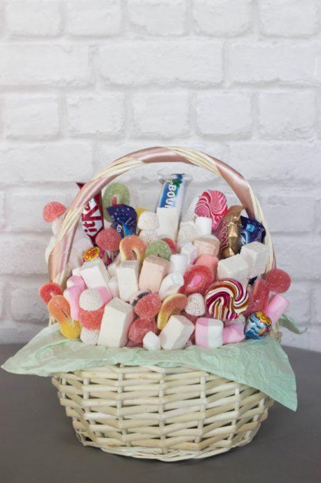 Корзина со сладостями