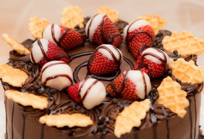 Клубника в шоколаде с печеньем на торте