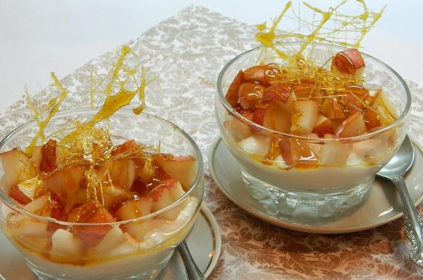 Груши с йогуртом и карамелью