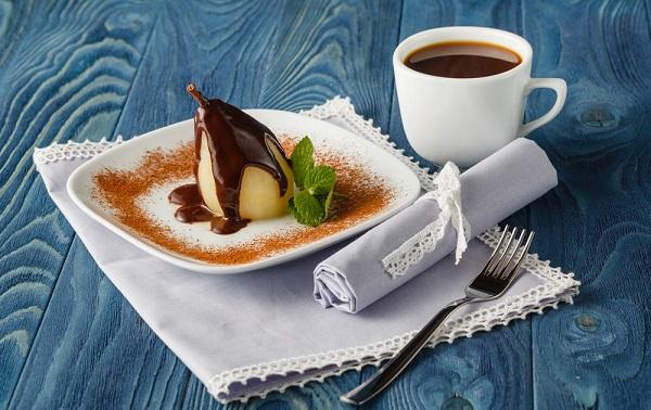 Груша в шоколаде с мятой и корицей