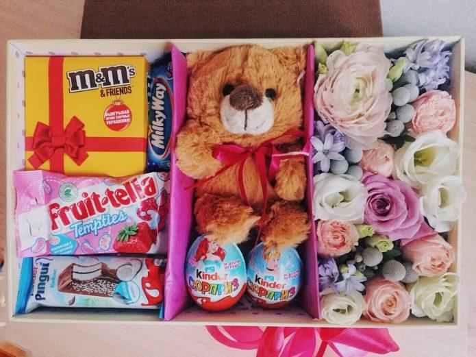Цветы, мишка и сладости