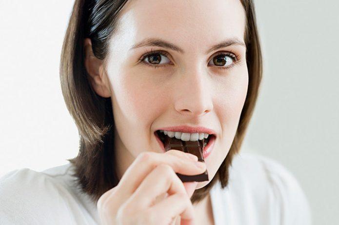 ест шоколад