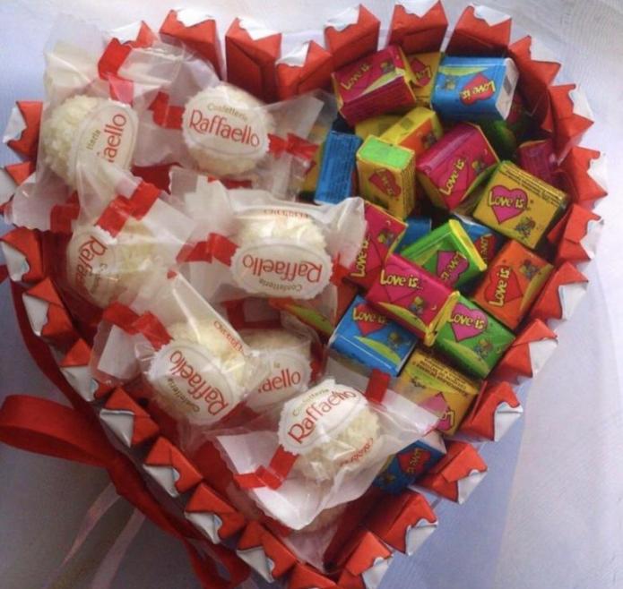 Сладкий подарок из конфет Рафаэлло и жевательной резинки