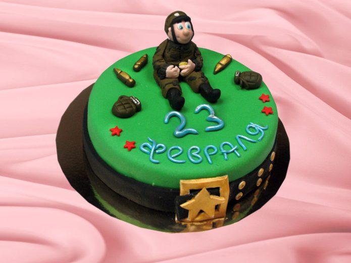 Фигурка военного и боеприпасы на торте