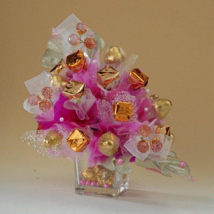 Букет из конфет в вазе