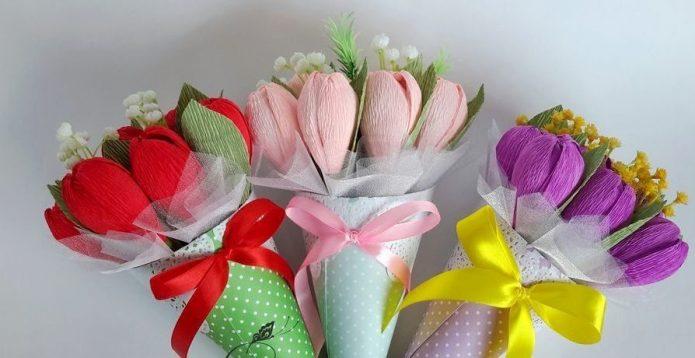 Три небольших букетика из конфет