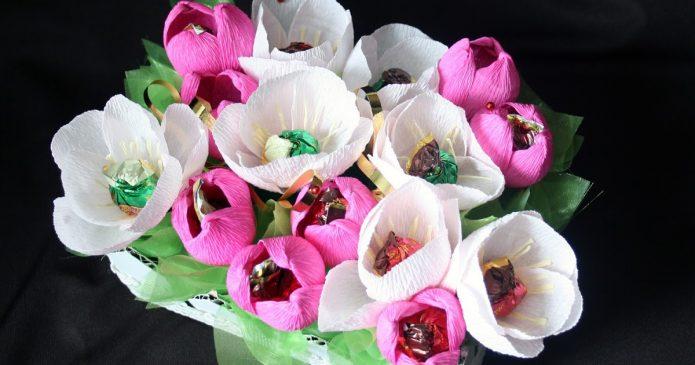 Розово-белый букет из конфет