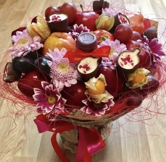 Букет из фруктов, конфет и цветов
