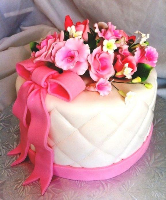Розовый торт с цветами из сахарной мастики