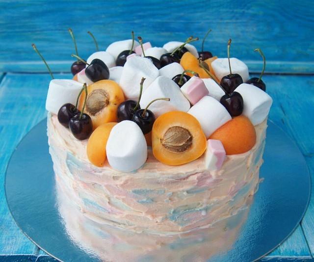 Торт, украшенный фруктами и зефиром